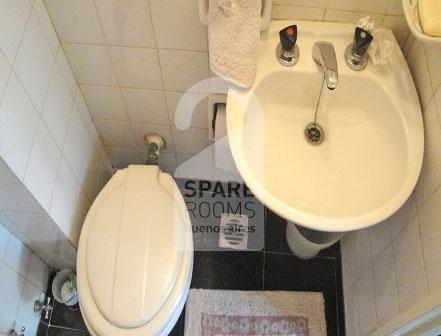 El baño de servicio en el departamento