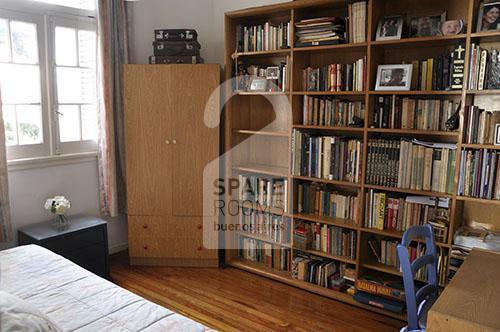 La habitación y su biblioteca.