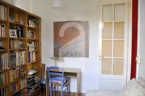 La habitación en el barrio de Balvanera con el escritorio.