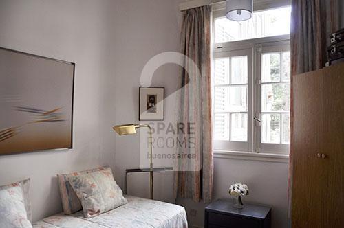 La habitación con su ventanal luminoso.